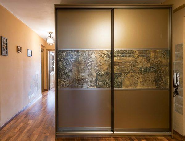 Duris puošia menininko sukurtas metalizuotas dekoras