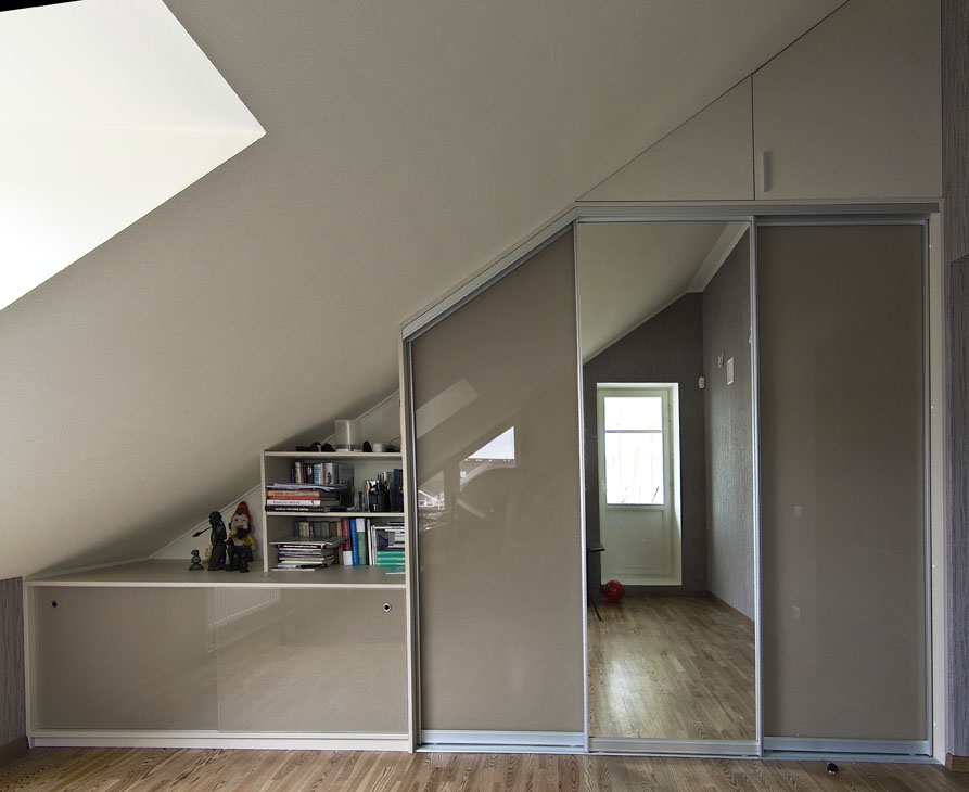 Mansardą arba palėpę turi daugybė namų. Mansardoje galima įrengti patogią spintą ar drabužinę.