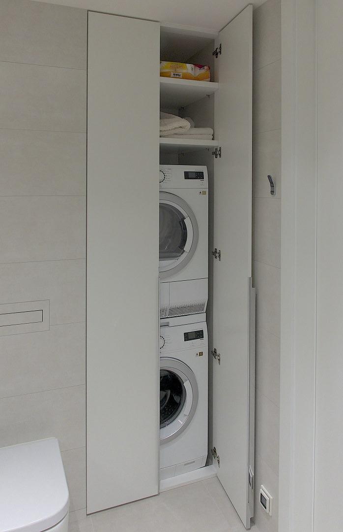 Virš skalbimo mašinos sumontuota džiovyklė ir pora lantynų