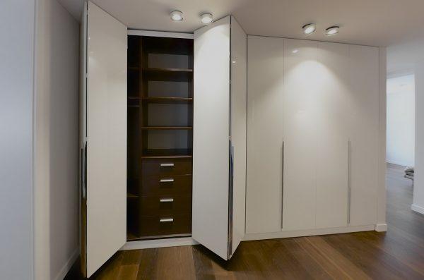 Durys sustumiamos (sulankstomos) į šoną, užima nedaug vietos.