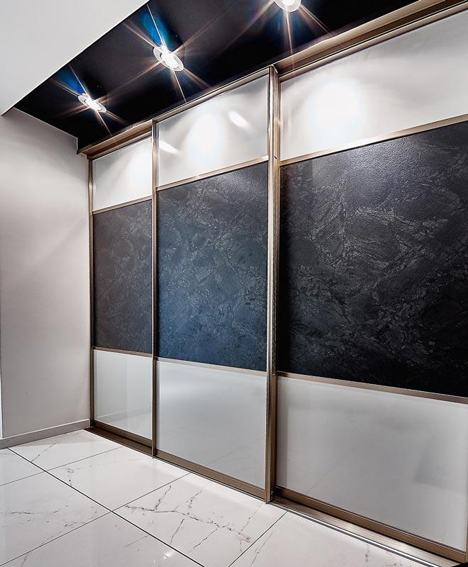 Durų užpildai gali būti labai įvairūs: plokštė, veidrodis, bronzinis veidrodis, dažyti stiklai, tapetai, dirbtinė oda ir k.t.