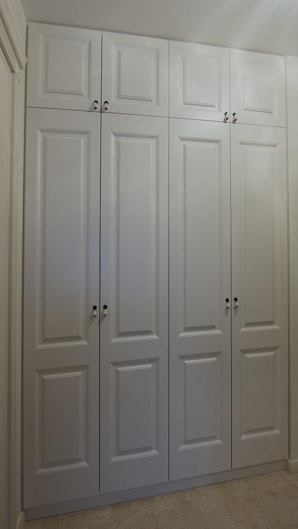 Aukštoms patalpoms dažnai montuojamos spintos su antresolinėmis durelėmis.