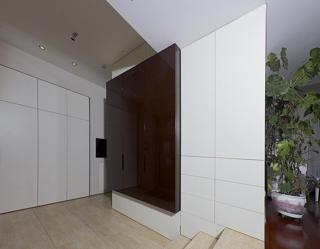 Montuojamos spintos paprastai įrengiamos nuo lubų iki grindų, nuo sienos iki sienos ir yra ypatingai talpios, nes maksimaliai išnaudojama erdvė.