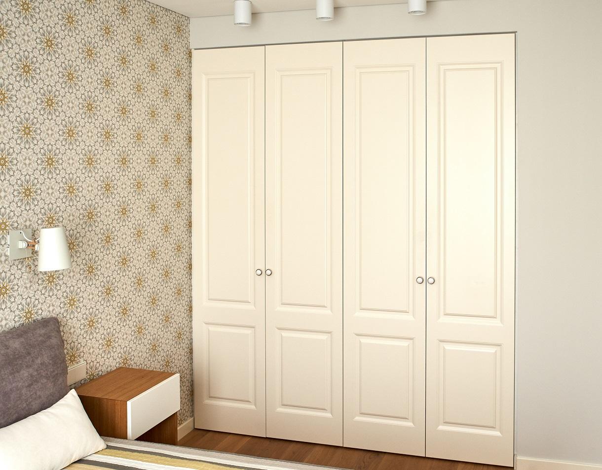 Frezuotos varstomos durys su klasikine apvalia rankenėle