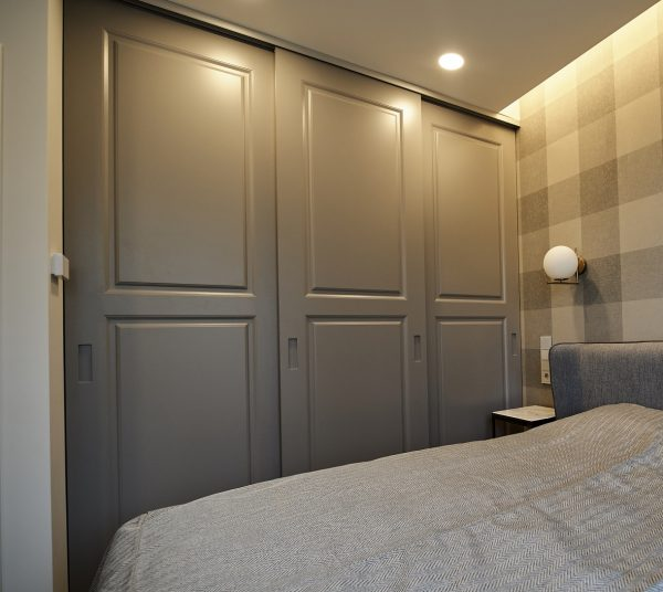 Moderni klasikinio stiliaus spinta su stumdomomis durimis