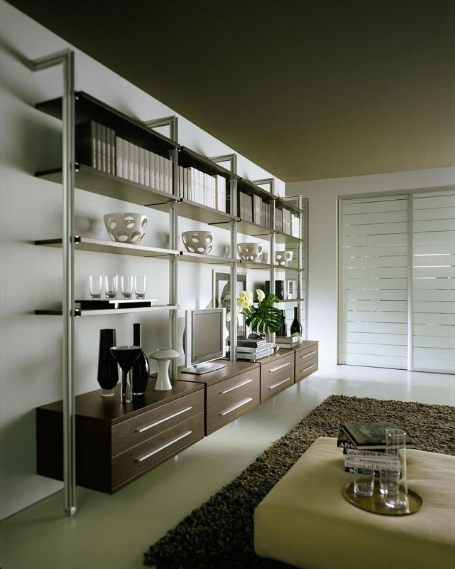 Tarp stovų montuojamos lentynos, stalčiai, spintelės ir kitos detalės.