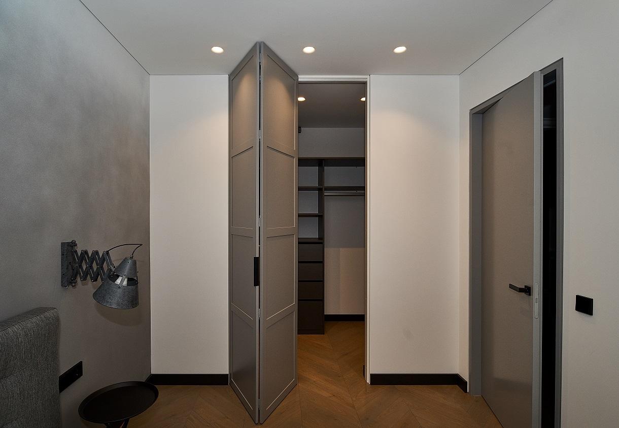 Sulankstomos durys - subtilus dizainas, patogus naudojimas, įvairios varstymo galimybės ir pritaikymas skirtingo pločio erdvei