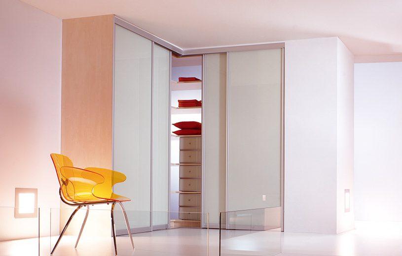 Dažyti stiklai ir veidrodžiai suteikia interjerui lengvumo.