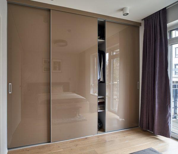 Dizainerių mėgstama stumdomų durų sistema.