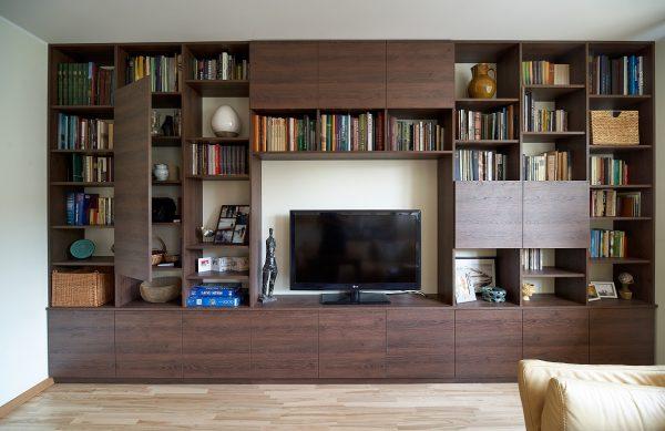 """Knygų sekcija pagaminta iš """"Egger"""" austriškos plokštės H3325 ST28 Tabako spalvos Gladstono ąžuolas. Plokštė pasižymi ryškia natūralaus ąžuolo paviršiaus imitacija."""
