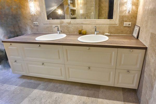 Solidi klasikinio stiliaus vonios spintelė atitinka senamiesčio aplinkai.
